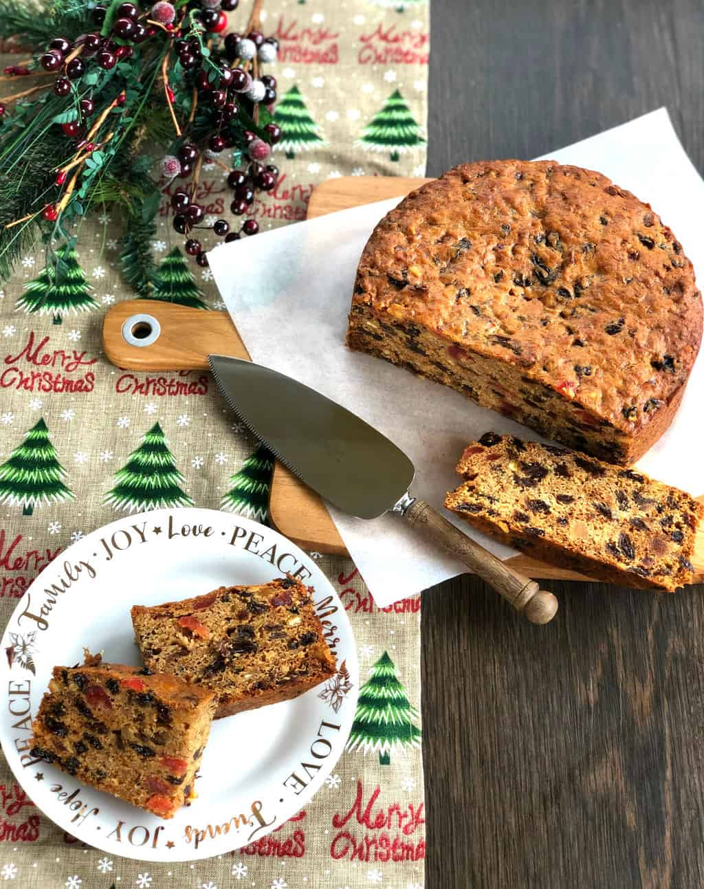 How to Slice Christmas Cake